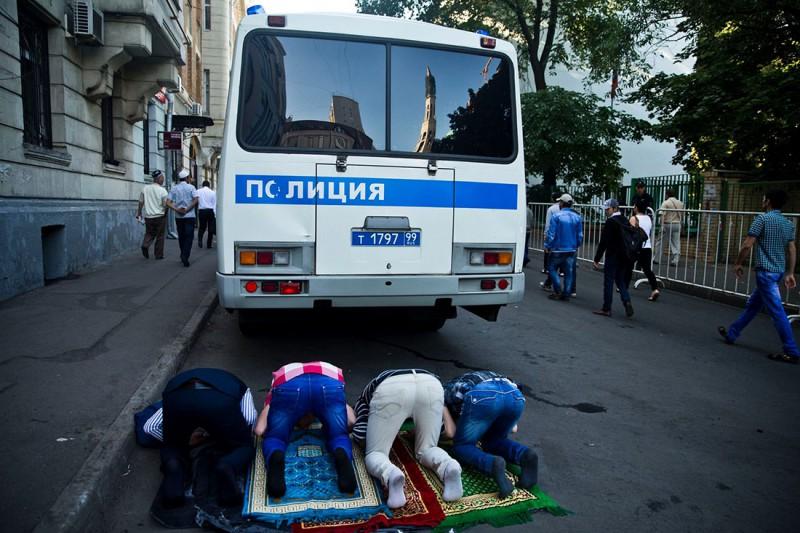 У мечети на Большой Татарской в Москве